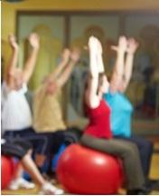 Fitnesskurs im Fitnesscenter macht Rückenübungen